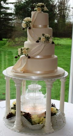 20160113-wedding_cake_with_pine_cones.jpg